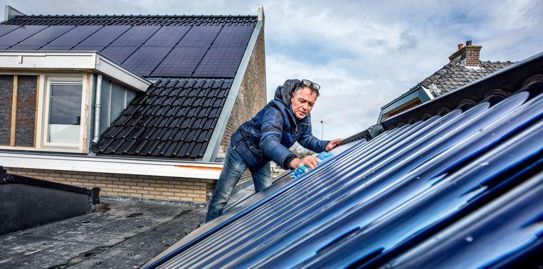 Arthur Warmerdam in de weer op zijn dak. Beeld null