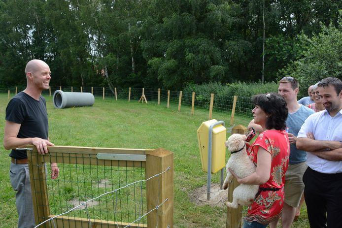 Schepen Tom Ruts mocht zelf de eerste hondenbaasjes verwelkomen.