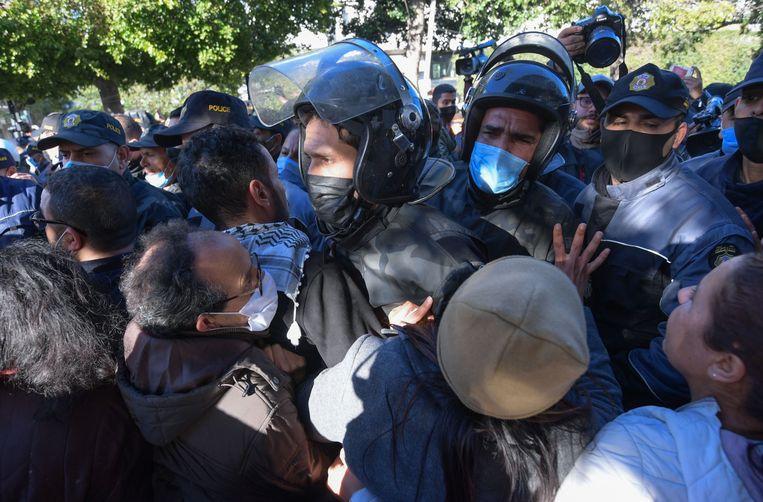 Confrontatie tussen demonstranten en veiligheidstroepen in Tunis. Beeld FETHI BELAID/AFP