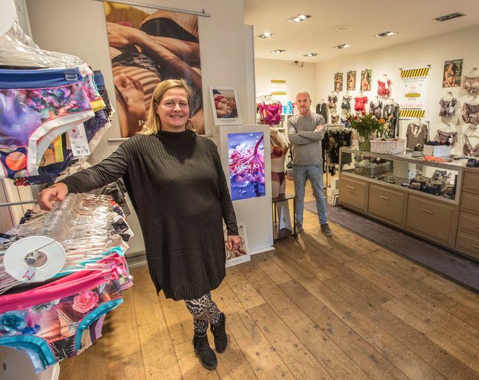Anja en Freek Peters stoppen met hun lingeriewinkel aan de Kromme Steenweg in Helmond.