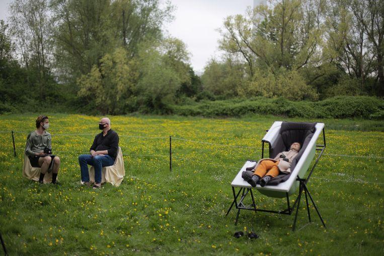 Een eerdere editie van 'Bloos', in de buitenlucht, met rechts een bezoeker in een badkuip. Beeld Lieke Romeijn / Wild Child Agency