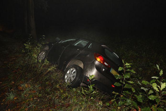 Auto blijft in sloot achter in Odiliapeel.