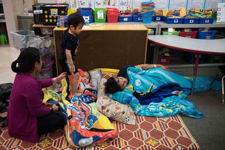 Deze inwoners van Tampa zochten onderkomen in een school, die dient als opvangcentrum. Beeld AFP