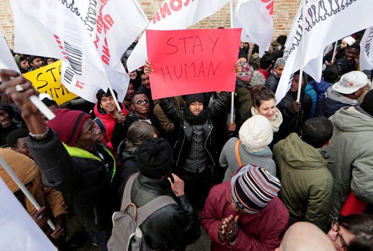 Een antiracisme-demonstratie in Macerata, waar een Italiaan op Afrikaanse migranten heeft geschoten. Beeld REUTERS