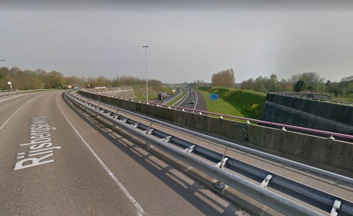 De Rijsbergseweg op de plaats waar hij over de A58 gaat.