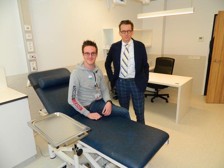 Coördinator Tommy Sierens en dokter Karel De Crem in één van de kabinetten van de wachtpost.