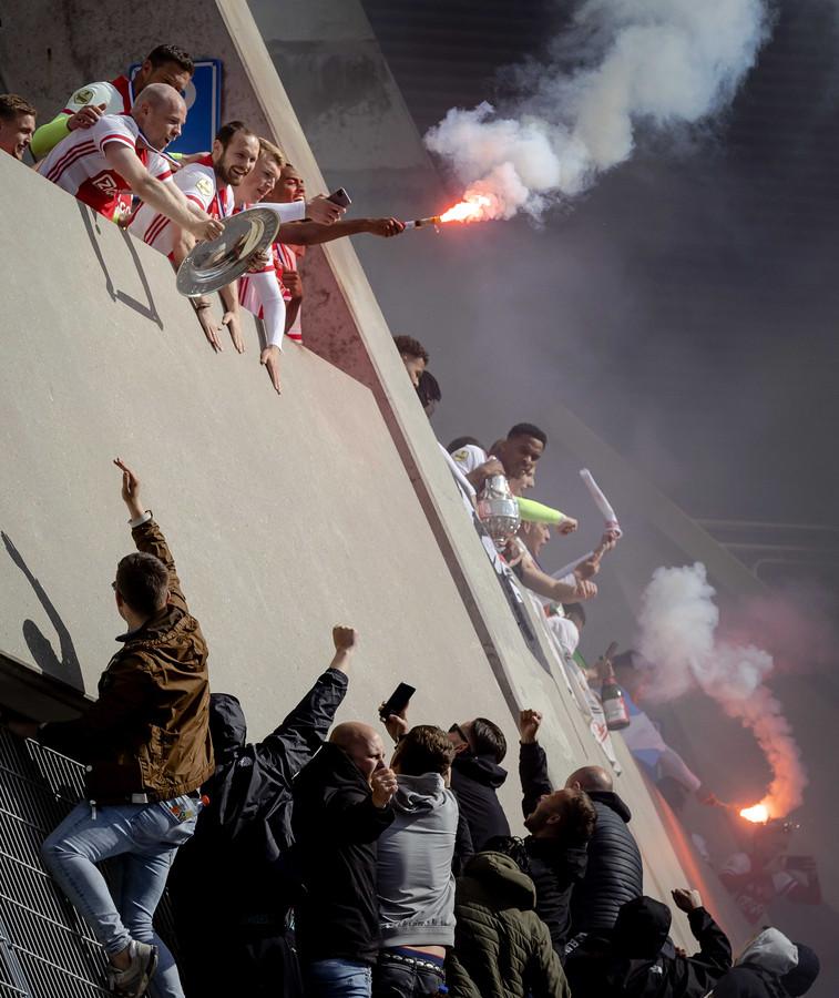 De spelers van Ajax vieren na het duel met FC Emmen bij de Johan Cruijff Arena de 35ste landstitel uit de clubhistorie.