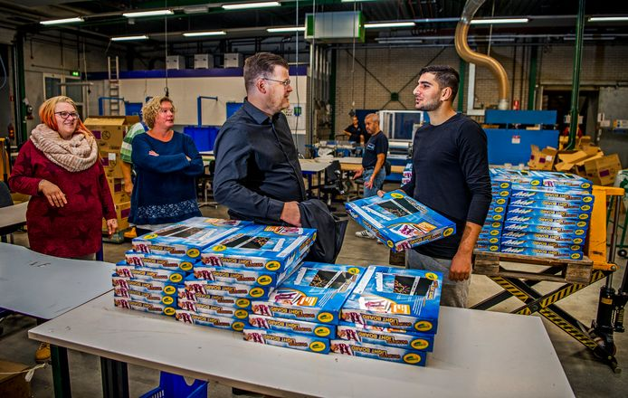 Sander Noordman ( L ) en statushouders uit de Krimpenerwaard aan het werk bij Promen. Foto: Frank de Roo