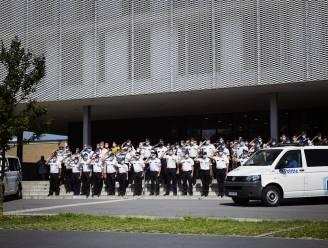 Ook politie laat sirenes loeien en houdt indrukwekkende minuut stilte op nationale dag van rouw