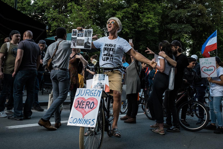 Enkele mensen in de betoging steunen de voortvluchtige militair Jürgen Conings. Beeld Wouter Maeckelberghe
