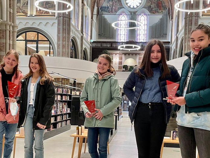 De jeugdige dorpsdichters van Vught. vlnr Pleun, Roalie, Noor, Antje en Marit. Britt ontbreekt.