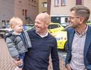 Deyenn op de arm bij zijn vader Ruud de Rooij.