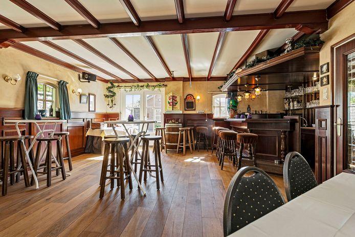De woonboerderij in Schijndel is voorzien van een bar.