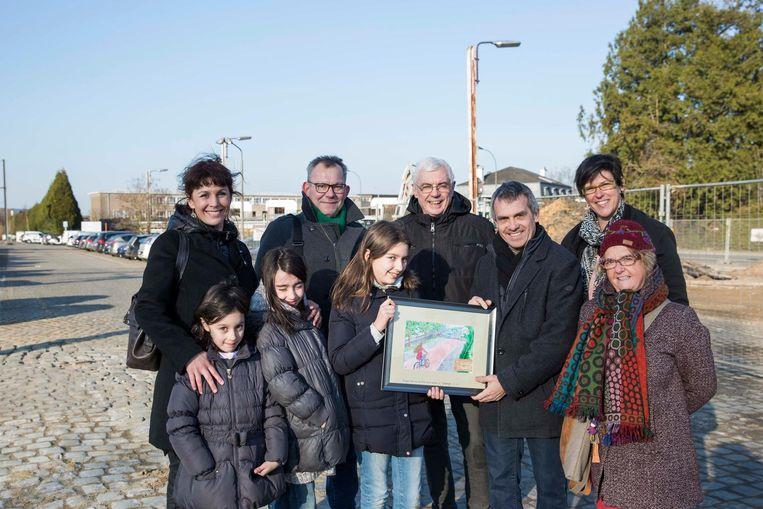 Walter Bollen (derde van rechts) krijgt een schilderij van Esne in aanwezigheid van sympathisanten.
