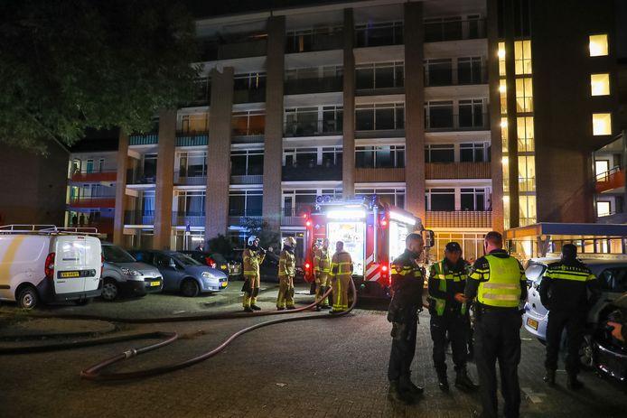 Brand in een appartement aan de Viltmakersdonk in Apeldoorn. Zes woningen werden tijdelijk ontruimd.