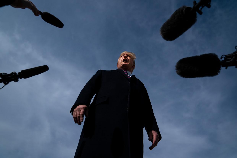 Donald Trump staat de pers te woord op luchtmachtbasis Andrews, in februari 2020. Als hij inderdaad een eigen partij opricht, zullen er nog vele persmomenten volgen.  Beeld Evan Vucci / AP