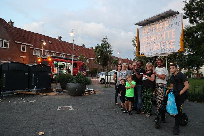 De bewoners van de Haagse Spoorwijk wijk zijn het afvalprobleem in hun buurt helemaal zat en hebben vanavond containers en stapels vuilnis in brand gestoken.