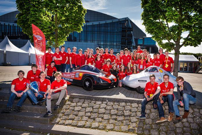 De teams van het Bonhoeffer College en de Universiteit Twente bij hun energiezuinige auto's