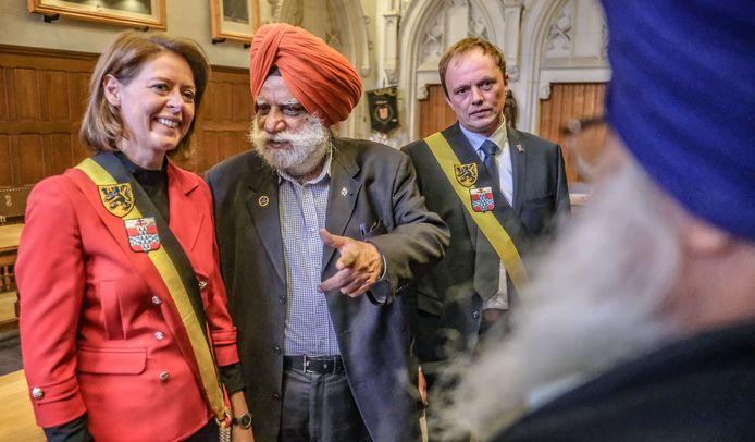 Bhupinder Singh krijgt van de stad Ieper en het In Flanders Fields Museum een bedanking voor zijn inspanning die hij doet voor Ieper.