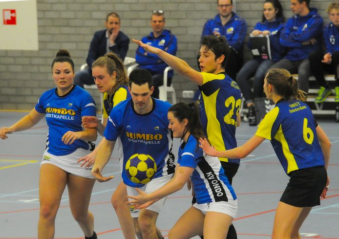 Ondo (blauw-wit tenue) krijgt volgend seizoen versterking van Rebecca Roelofs-Dubbeldam.