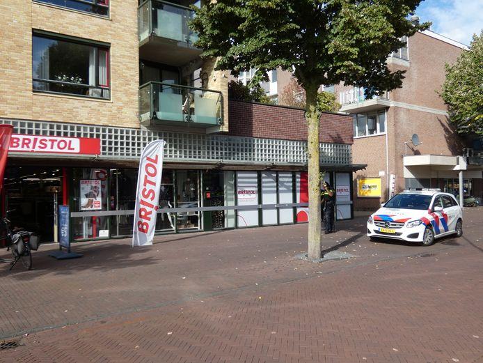 De politie is aanwezig bij de winkel in Ede.