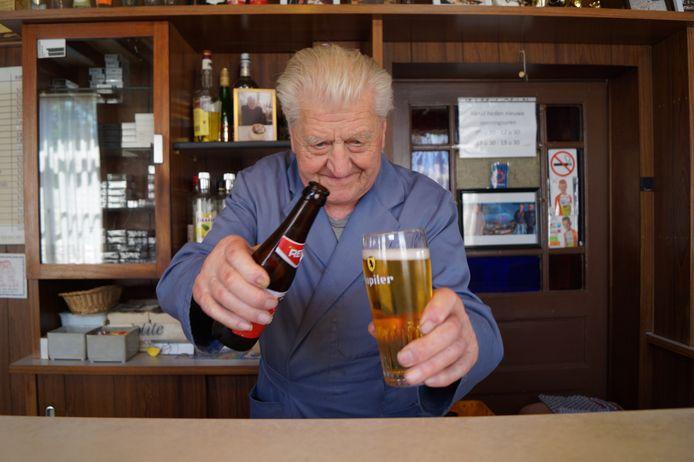 Urbain Goethals van café De Warande schenkt een pintje uit, al drinken de meeste klanten volgens Urbain uit het flesje