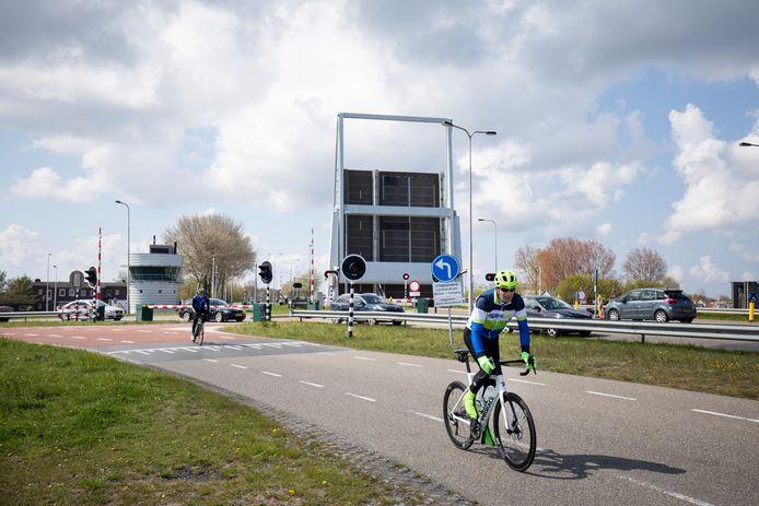Met name voor fietsers zou er bij het open en sluiten van de brug een onveilige situatie kunnen ontstaan. Ze kunnen nog wel een stukje omrijden via de lus over de parallelweg.