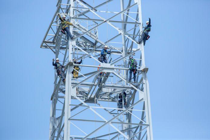 Het was deze week perfect weer om hoog in de lucht aan de nieuwe stroomsnelweg van Zeeland te werken. In totaal werken zo'n 250 mensen aan het project.