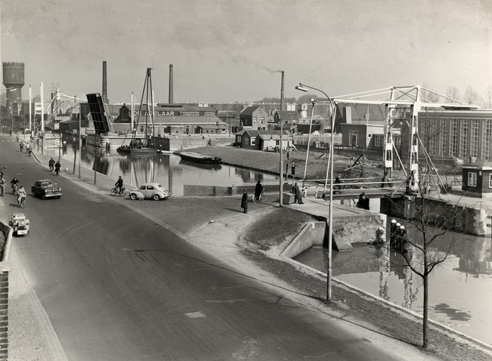Rechts de Oranjebrug en links de Julianabrug in 1957.