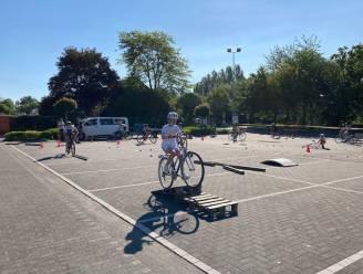Zesdeklassers leggen fietsexamen af op openbare weg