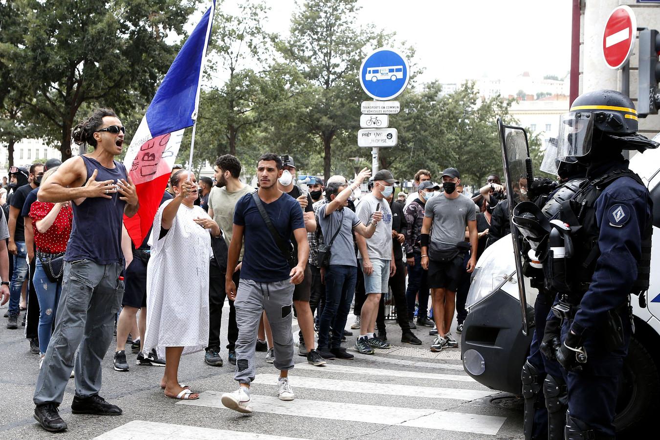 Manifestation contre le pass sanitaire à Lyon, le 24 juillet 2021. Le rassemblement étant interdit sur la place Bellecour, des affrontements avec les forces de l'ordre ont eu lieu.