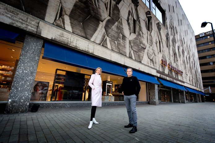 Dominique van Elsacker en Bijenkorf-chef Eric van den Elshout voor de vernieuwde Bijenkorf.