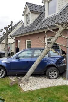 Linda zit rustig op de bank als overbuurman met 'op hol geslagen' auto haar woning binnenrijdt: 'Schade is groot'