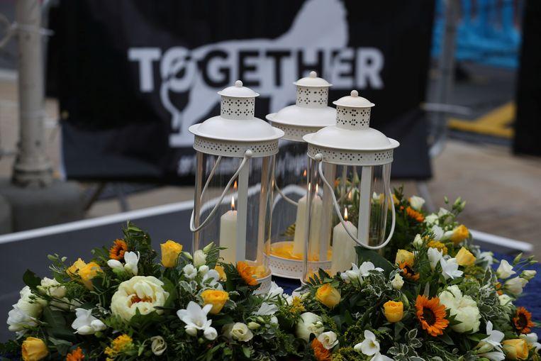 Bloemen en kaarsen bij de wake ter nagedachtenis van de drie dodelijke slachtoffers van de steekpartij in het Britse Reading. (27/06/2020).