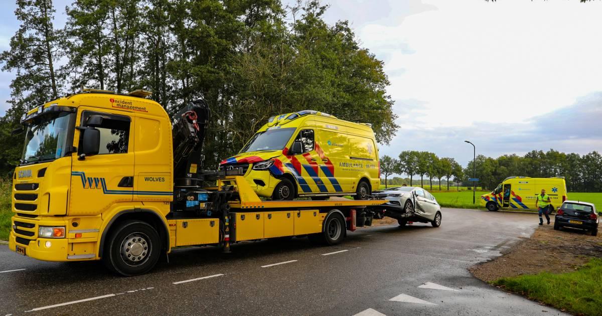 Ambulance die met spoed onderweg is naar melding, wordt in Loenen aangereden door automobilist.