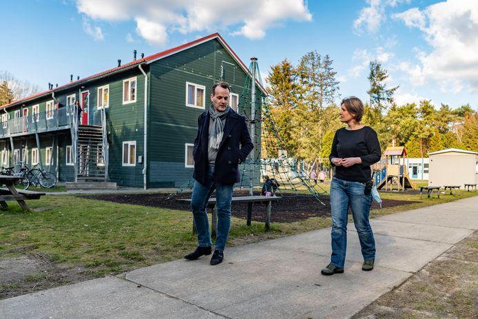 Locatiemanager Caroline Rombouts en COA-woordvoerder Anton Masteling wandelen over het terrein van het asielzoekerscentrum van Oisterwijk, het oudste van Brabant.