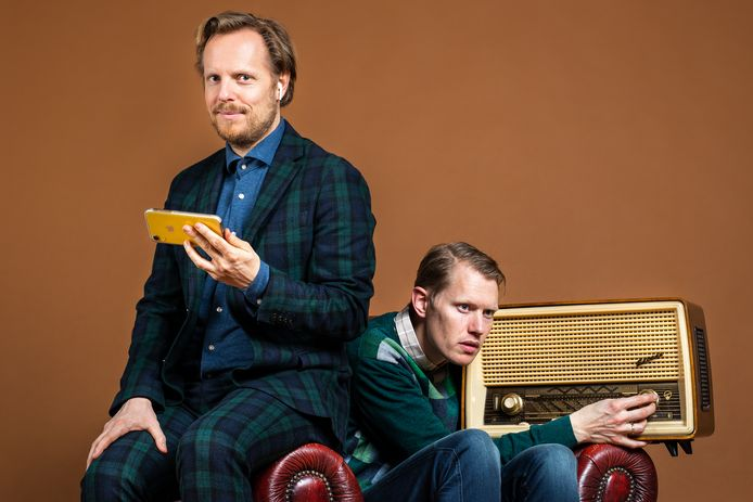 Jan Beuving (r.) speelde met Patrick Nederkoorn tot aan de theatersluiting van half december De Andere Oudejaars. De voorstelling werd in een leeg theater ook nog opgenomen voor publiek.