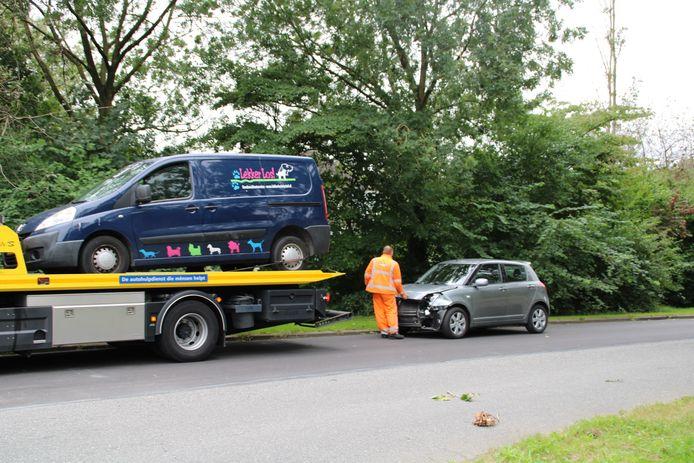 De bus van 'lekker Los!' wordt weggesleept na de aanrijding, de hond die erin zat, werd opgehaald door het baasje.