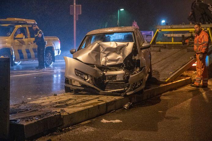 Een auto is zondagavond op de Wilhelminabrug in Deventer geknald en liep daarbij flinke schade op.
