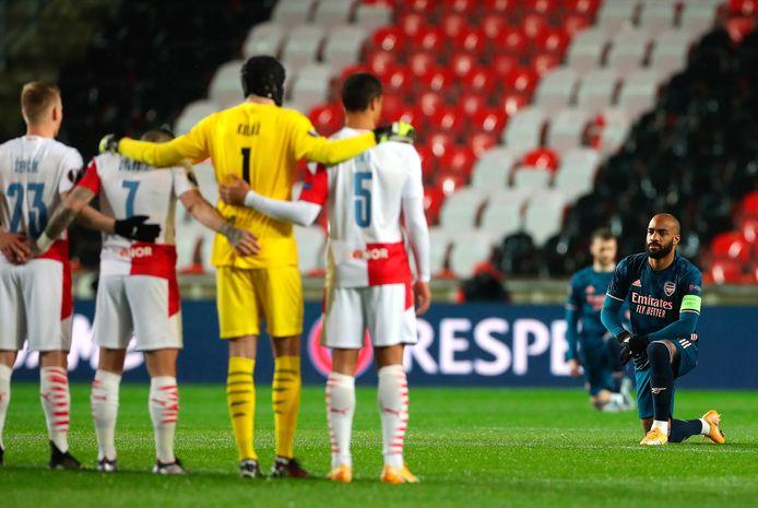 Alexandre Lacazette kijkt de spelers van Slavia Praag straks in de ogen tijdens het knielen voor de wedstrijd.