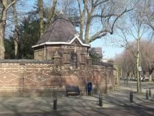 Overlastgevers Wilhelminabrug mogen toch naar Stadsklooster, beveiliger kost 90.000 euro