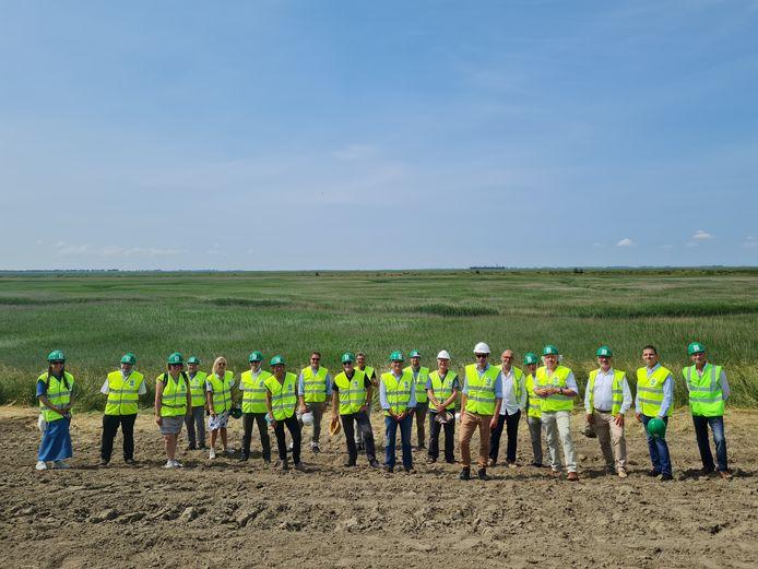 Tijdens de jubileumviering brachten de partners van EGTS Linieland een bezoek aan de werken in de Hedwigepolder waar een gecontroleerd overstromingsgebied wordt aangelegd.