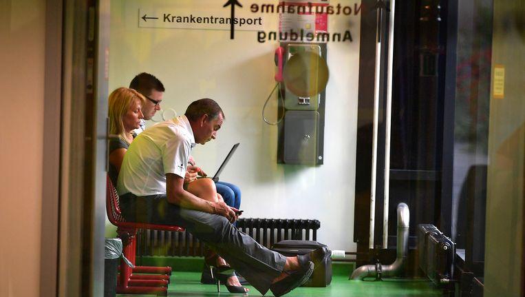 Ploegmanager Marc Sergeant in de wachtkamer van ziekenhuis van Aken Beeld BELGA
