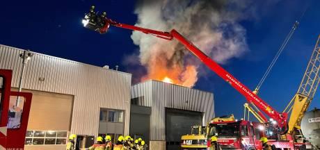 Grote brand in bedrijfshal in Velddriel ontstond in graafmachine: 'Op de camera zie je de vonken'