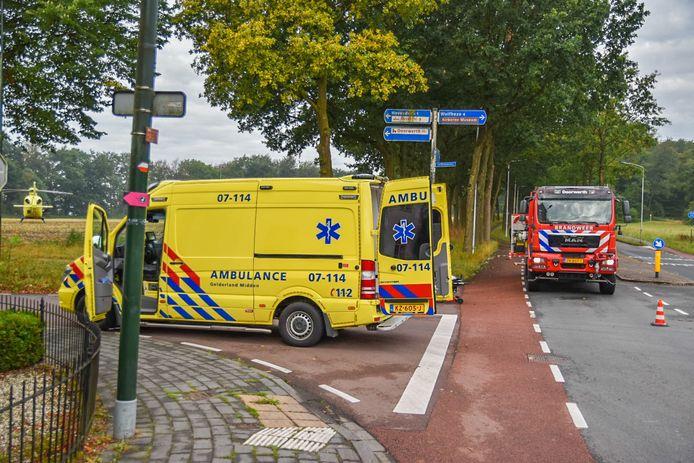De hulpdiensten ter plaatse voor het ongeluk in Oosterbeek.