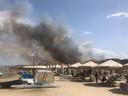 Strandgangers in Pescara kijken naar de rook die opstijgt uit het Dannunziana-reservaat.
