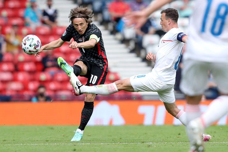 Luka Modric haalt uit in de wedstrijd tegen Tsjechië (1-1).  Beeld Getty Images