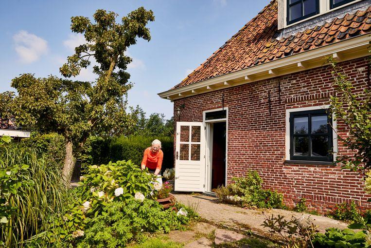 Yfke Blom bij de Piet Paaltjens Pastorie.  Beeld Marie Wanders