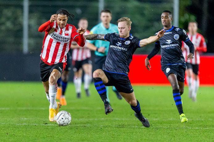 Junior van der Velden (midden) gaat voor FC Den Bosch het duel aan met Fodé Fofana van Jong PSV. Rechts kijkt Kevin Felida toe.