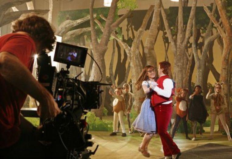 Hannah van Lunteren als Assepoester (L) en Dick van den Toorn als Knoop tijdens de werkopname van de nieuwe speelfilm Lang & Gelukkig. Beeld ANP